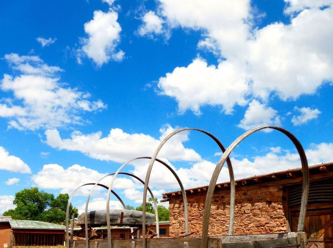 Los visitantes son bienvenidos a explorar los terrenos de Hubbell Trading Post por su cuenta. Las visitas guiadas por guardabosques de la casa de Hubbell se llevan a cabo durante todo el día.