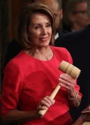Nancy Pelosi sonríe al recibir su nombramiento.