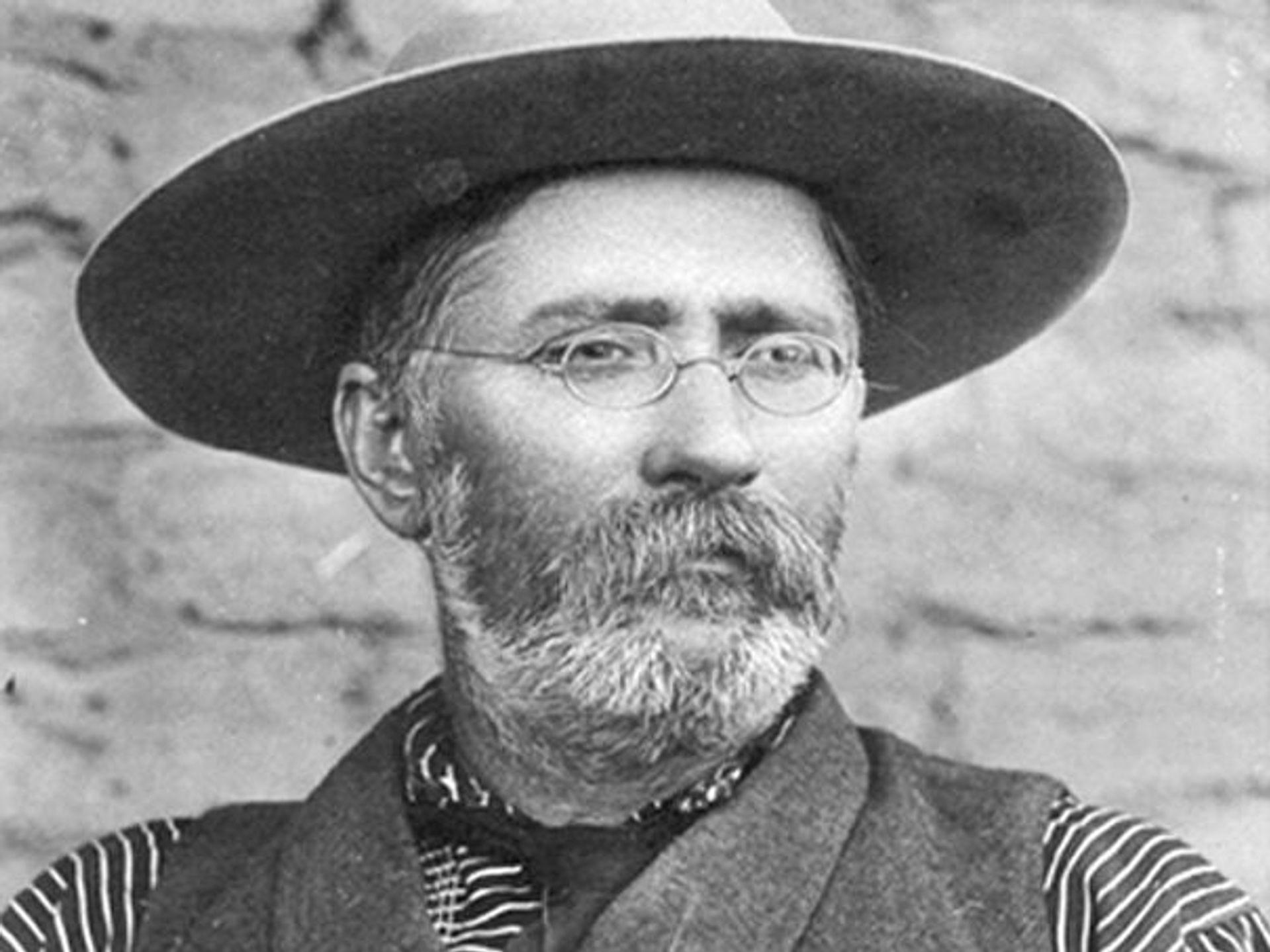 John Lorenzo Hubbell comenzó su primer puesto comercial en 1878, creando finalmente un imperio de puestos comerciales de 30 en Arizona, Nuevo México y Cali, además de ser dueño de ranchos y líneas de carga.