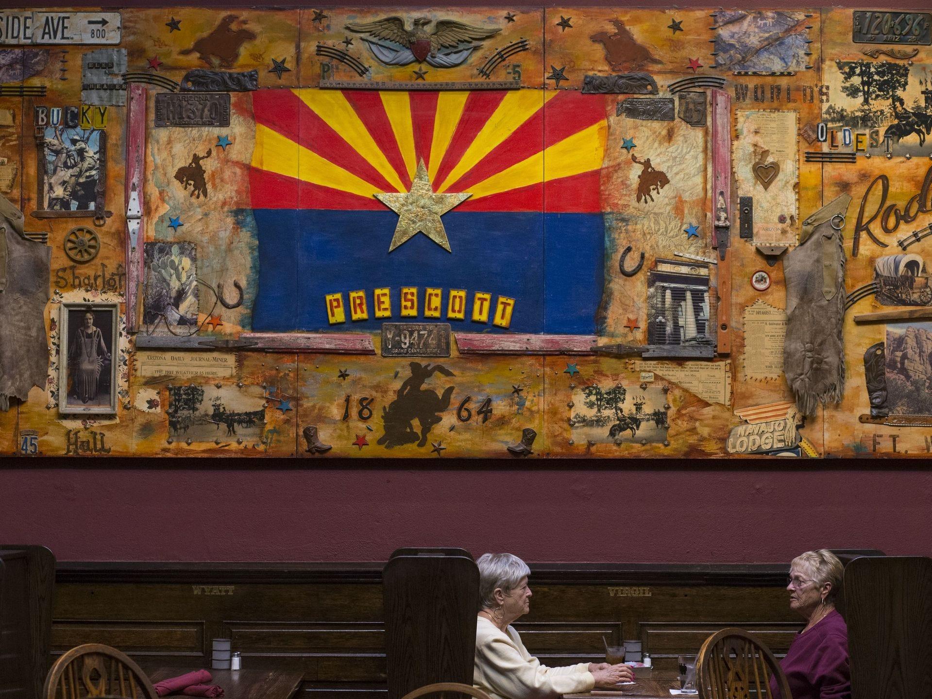 unos clientes el 6 de noviembre de 2017, en el Palace Saloon and Restaurant 120 S. Montezuma Street, Prescott, Arizona.