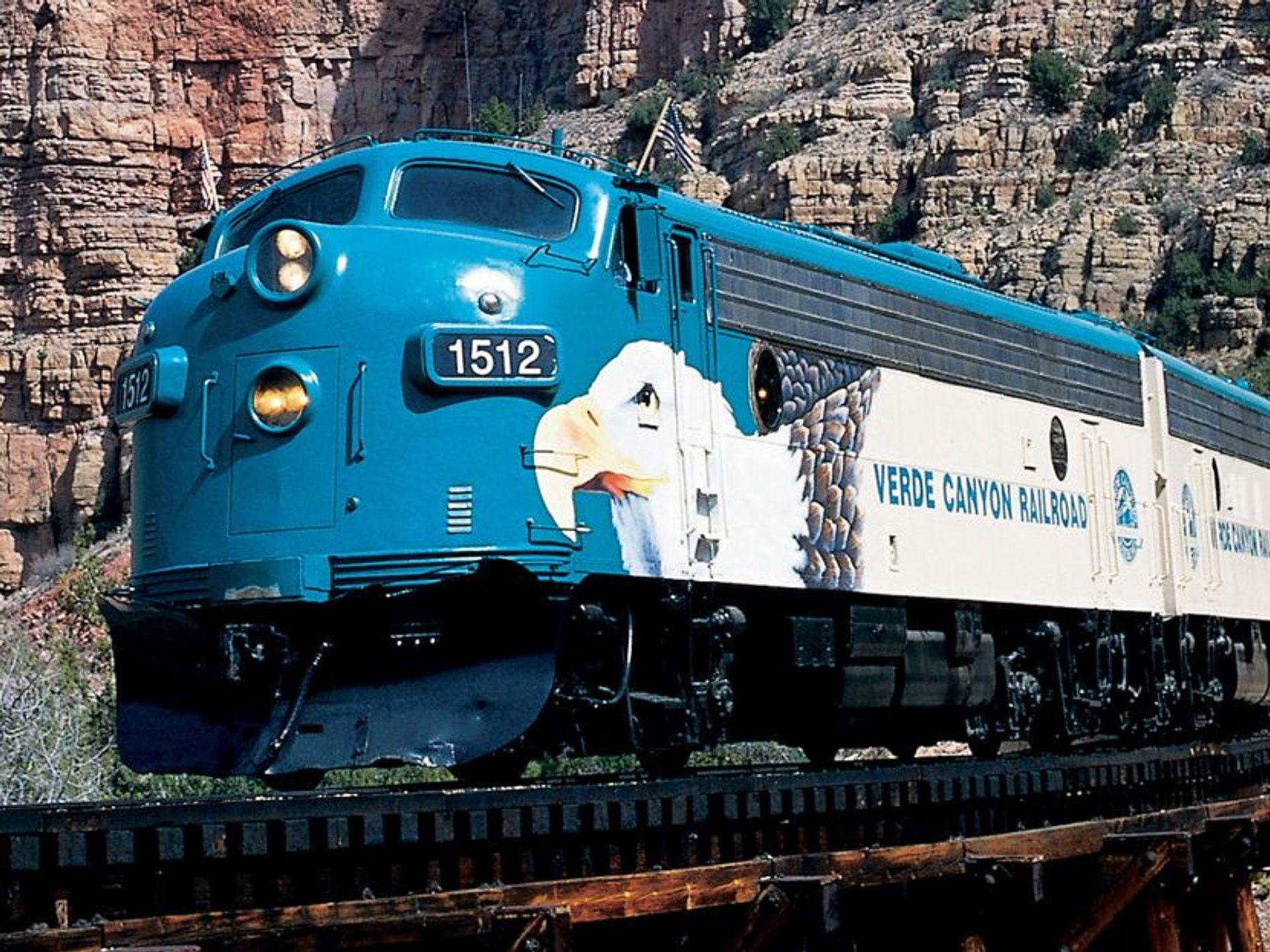 El viaje en tren del ferrocarril Verde Canyon viaja a través del país de roca roja de Arizona.