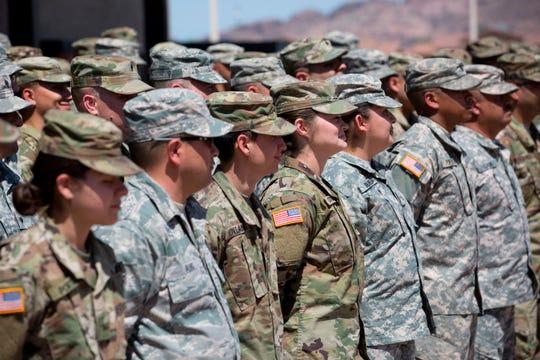 Miembros de la Guardia nacional de EEUU escuchan instrucciones.