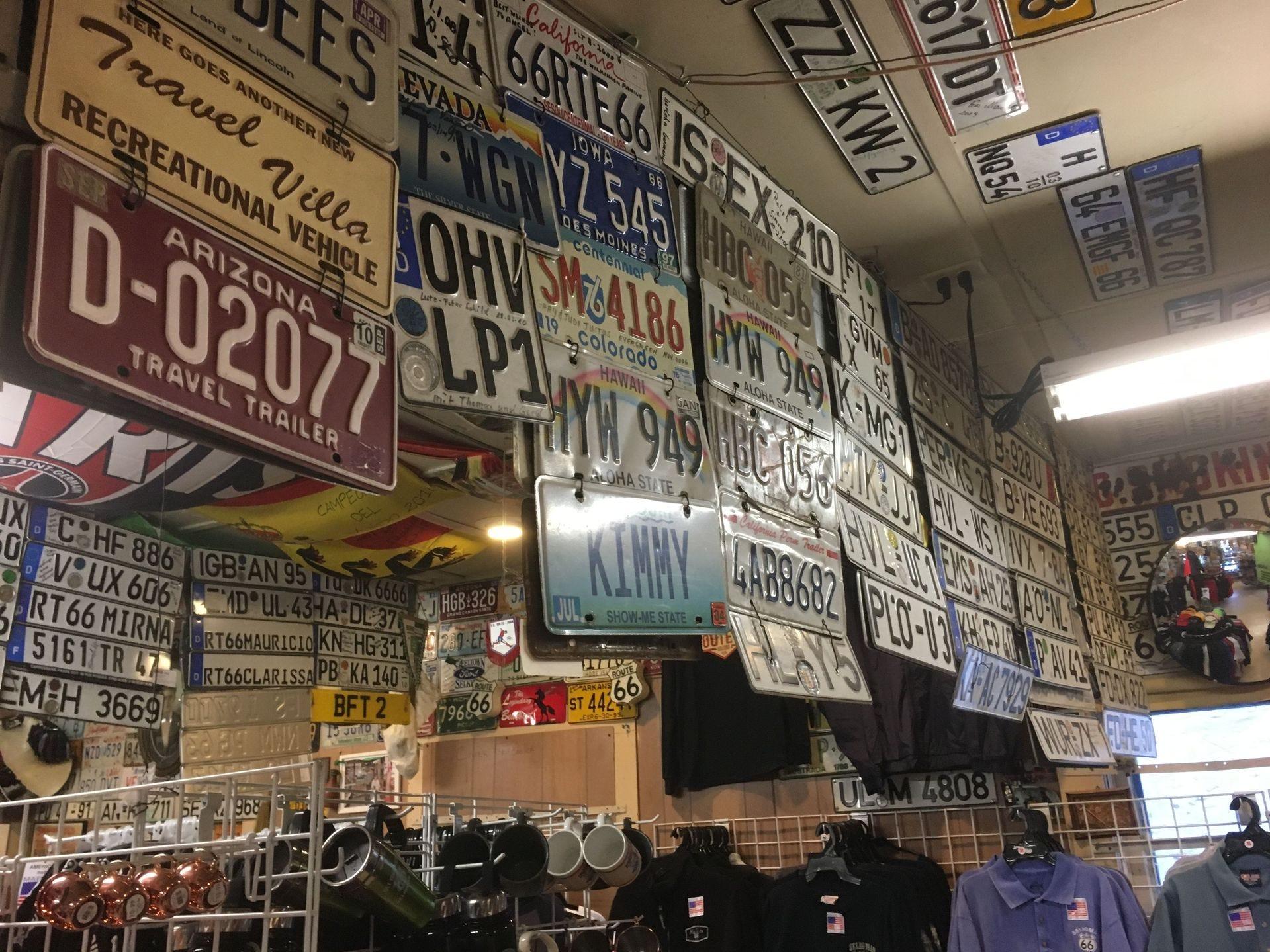 Docenas de visitantes han contribuido con placas de matrícula antiguas y modernas para la exhibición dentro de la tienda de regalos Route 66 de Angel Delgadillo.