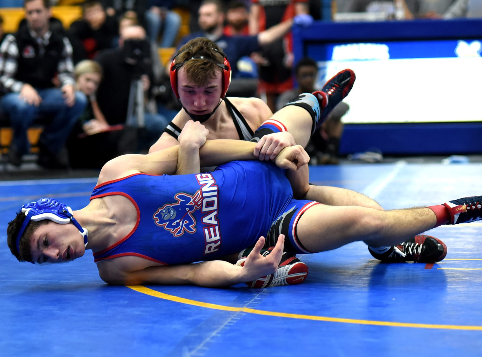 Reading's Sam Conner battles in the 152 lbs. class against Zac Samson of Point Pleasant, West Virginia, at the Bob Kearns Madeira Invitational, January 4, 2019.