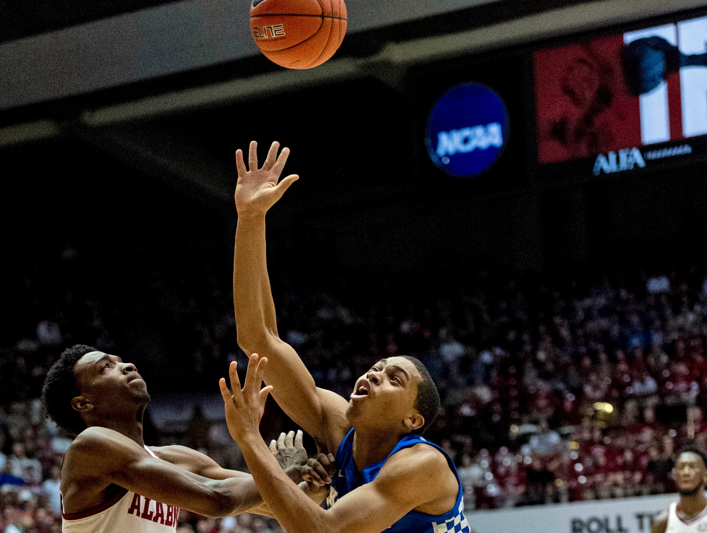 Kentucky guard Keldon Johnson (3) shoots past Alabama guard Herbert Jones (10) during the first half of an NCAA college basketball game, Saturday, Jan. 5, 2019.