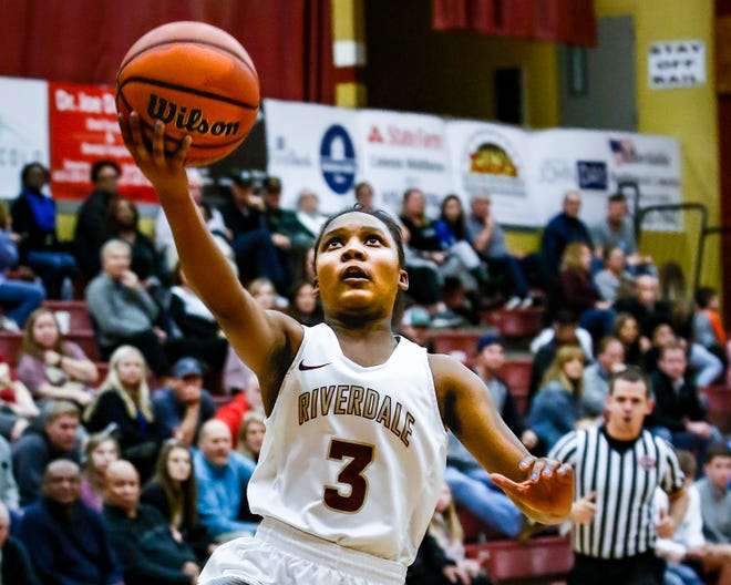 Riverdale's Acacia Hayes goes in for a layup during Friday's win over Oakland.