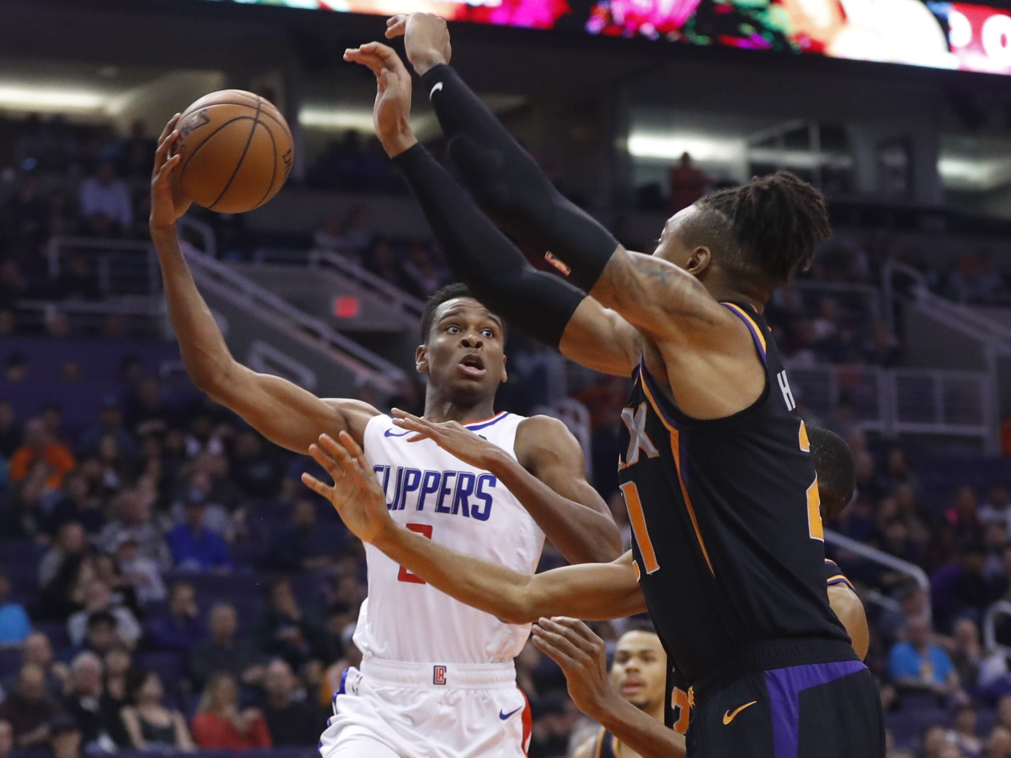 Suns' Richaun Holmes (21) defends Clippers' Shai Gilgeous-Alexander (2) during the second half at Talking Stick Resort Arena in Phoenix, Ariz. on January 4, 2019.