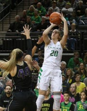 Oregon's Sabrina Ionescu, right, shoots over Washington's Missy Peterson, left, and Gigi Garcia during the first quarter of an NCAA college basketball game Friday, Jan. 4, 2019, in Eugene, Ore. (AP photo/Chris Pietsch)