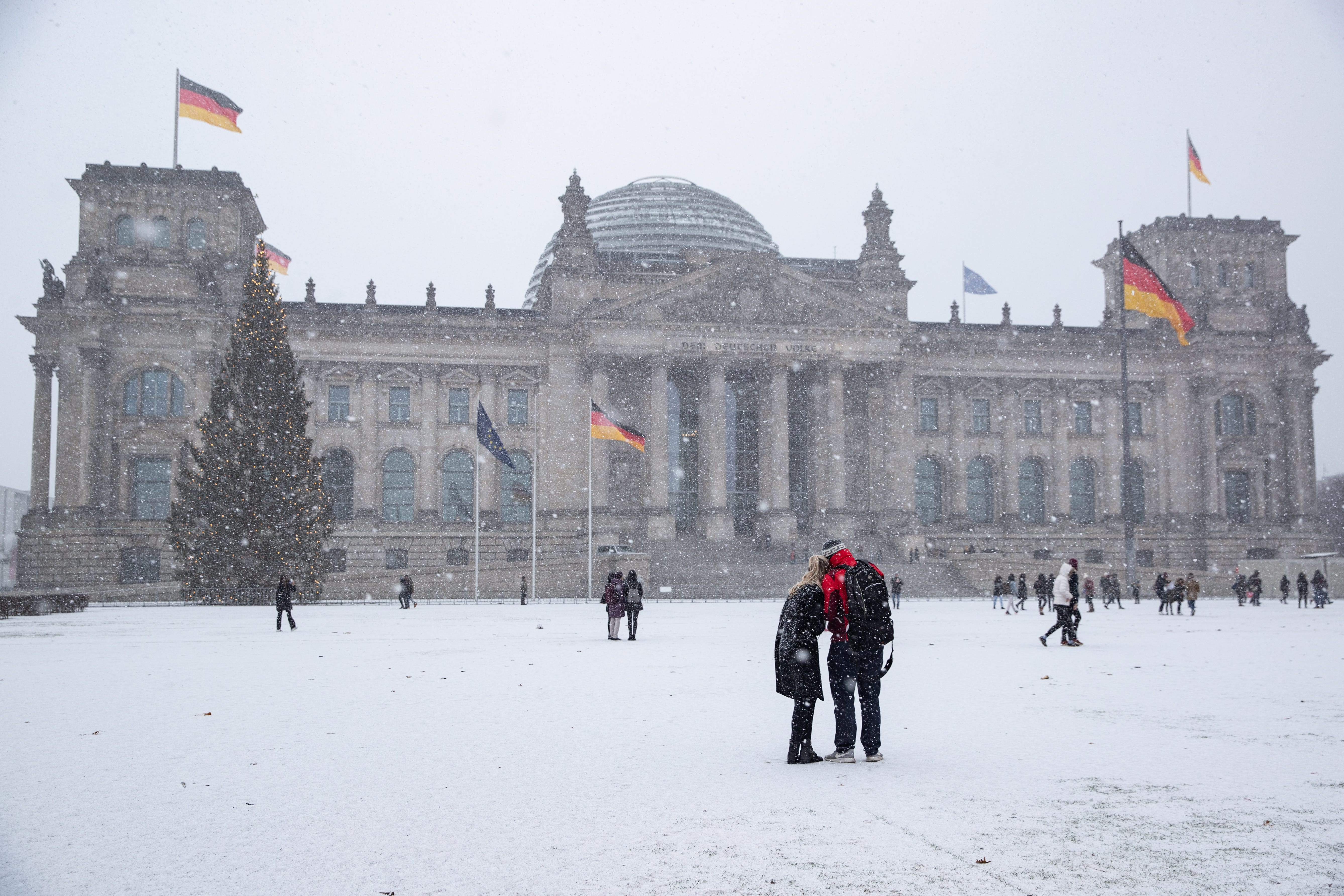 Heavy snow in Germany and Austria causes chaos for travelers
