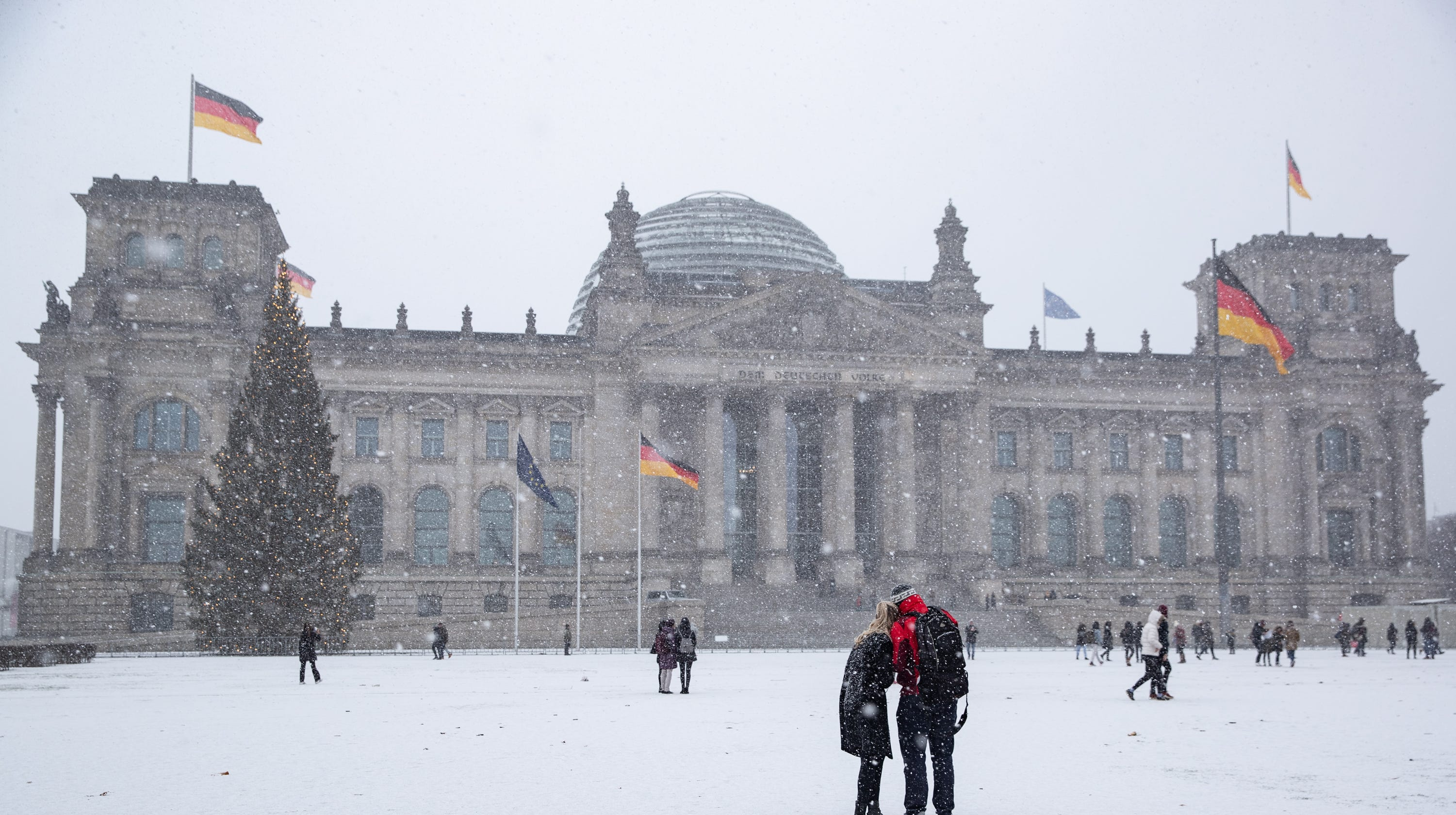 heavy snow in germany and austria causes chaos for travelers. Black Bedroom Furniture Sets. Home Design Ideas