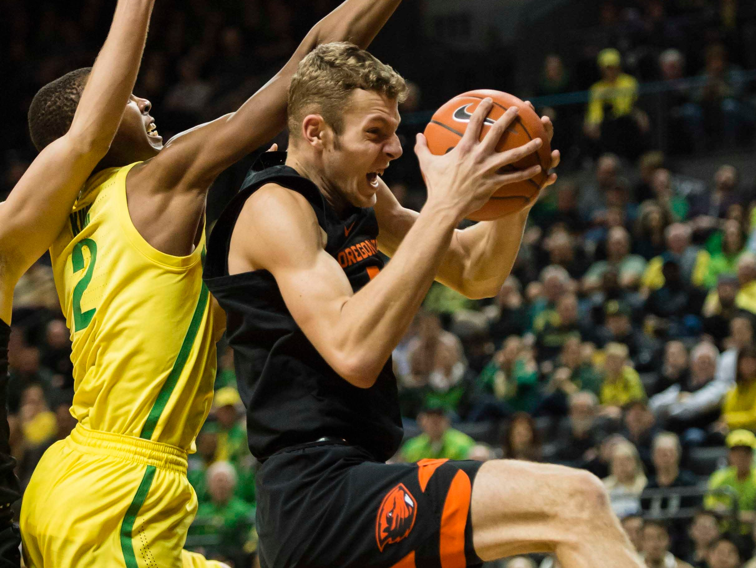 Jan 5, 2019; Eugene, OR, USA; Oregon State Beavers forward Kylor Kelley (24) grabs a rebound against Oregon Ducks forward Louis King (2) during the first half at Matthew Knight Arena. The Beavers beat the Ducks 77-72. Mandatory Credit: Troy Wayrynen-USA TODAY Sports