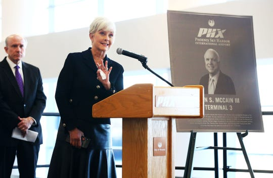 Cindy McCain participa en una ceremonia en el aeropuerto de Phoenix.
