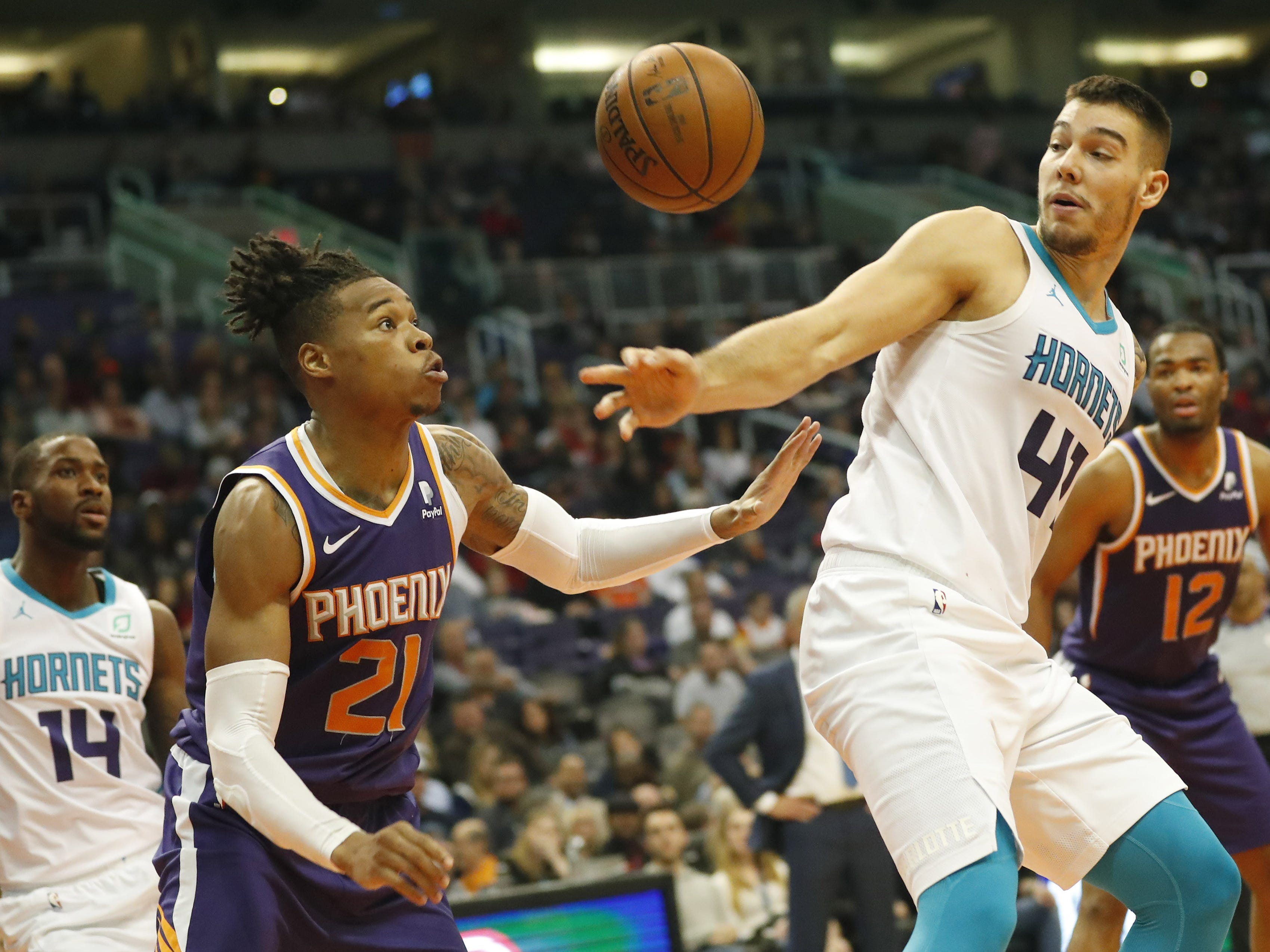 Phoenix Suns forward/center Richaun Holmes (21) deflects the ball away from Charlotte Hornets center Willy Hernangomez (41)\ during the third quarter in Phoenix January 6, 2019.