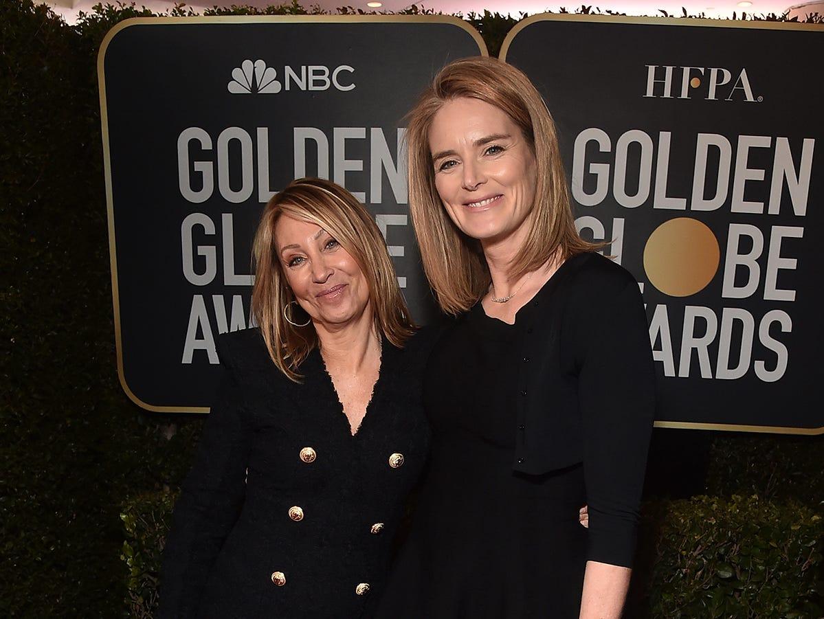La CEO de 20th Century Fox, Stacey Snider (izq) y la Presidente de Producción ,Emma Watts, asisten a la 76ª entrega anual de los Globos de Oro en el Beverly Hilton Hotel el 6 de enero de 2019 en Beverly Hills, California.