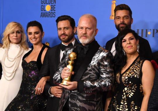 """Édgar Ramírez y Penélope Cruz (segunda a la izq), así como Ricky Martin (segundo a la derecha), fueron galardonados como parte del elenco de """"The Assassination of Gianni Versace: American Crime Story""""."""