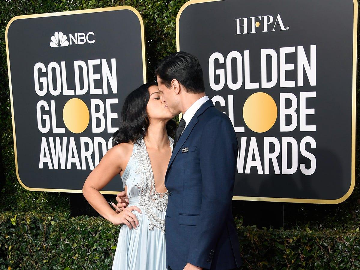 Gina Rodriguez (izq) y Joe Locicero asisten a la 76ª entrega anual de los Globos de Oro en el Beverly Hilton Hotel el 6 de enero de 2019 en Beverly Hills, California.