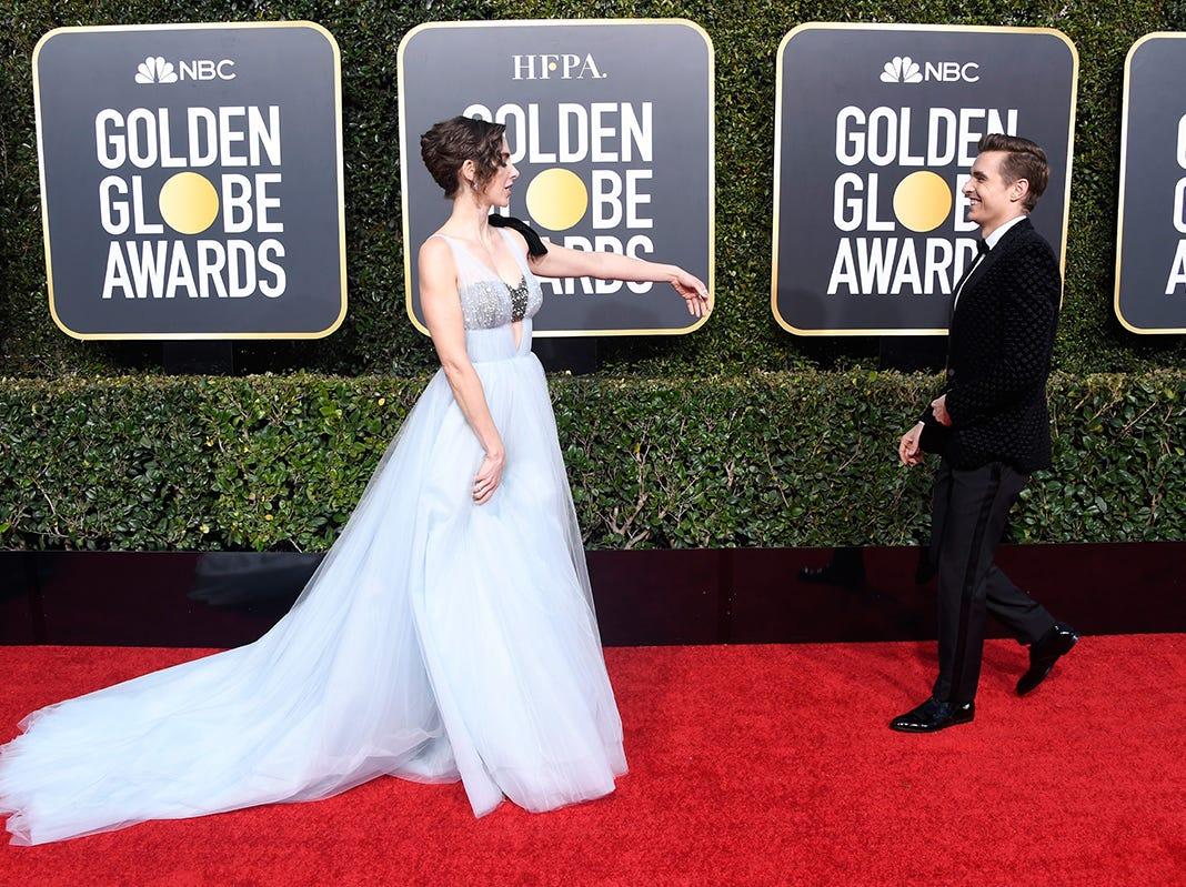 Alison Brie (izq) y Dave Franco asisten a la 76ª entrega anual de los Globos de Oro en el Beverly Hilton Hotel el 6 de enero de 2019 en Beverly Hills, California.