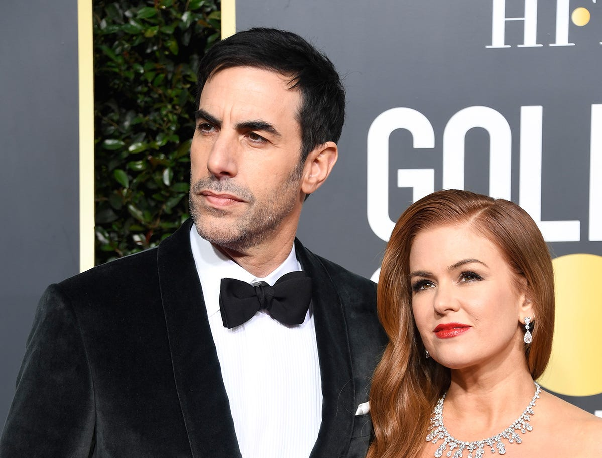 Baron Cohen (izq) y Isla Fisher asiste a la 76ª entrega anual de los Globos de Oro en el Beverly Hilton Hotel el 6 de enero de 2019 en Beverly Hills, California.