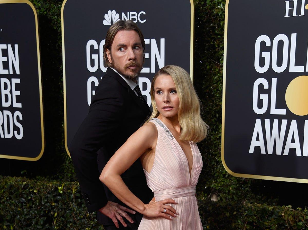 Dax Shepard (izq) y Kristen Bell asisten a la 76ª entrega anual de los Globos de Oro en el Beverly Hilton Hotel el 6 de enero de 2019 en Beverly Hills, California.