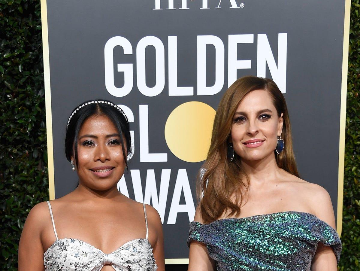 Yalitza Aparicio (izq) y Marina De Tavira asisten a la 76ª entrega anual de los Globos de Oro en el Beverly Hilton Hotel el 6 de enero de 2019 en Beverly Hills, California.