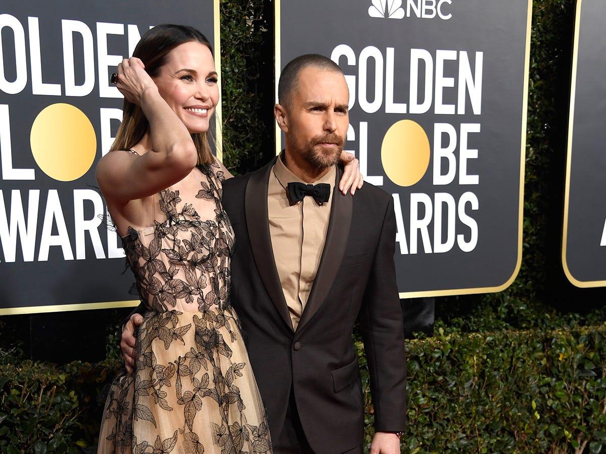 Leslie Bibb (izq) y Sam Rockwell asisten a la 76ª entrega anual de los Globos de Oro en el Beverly Hilton Hotel el 6 de enero de 2019 en Beverly Hills, California.