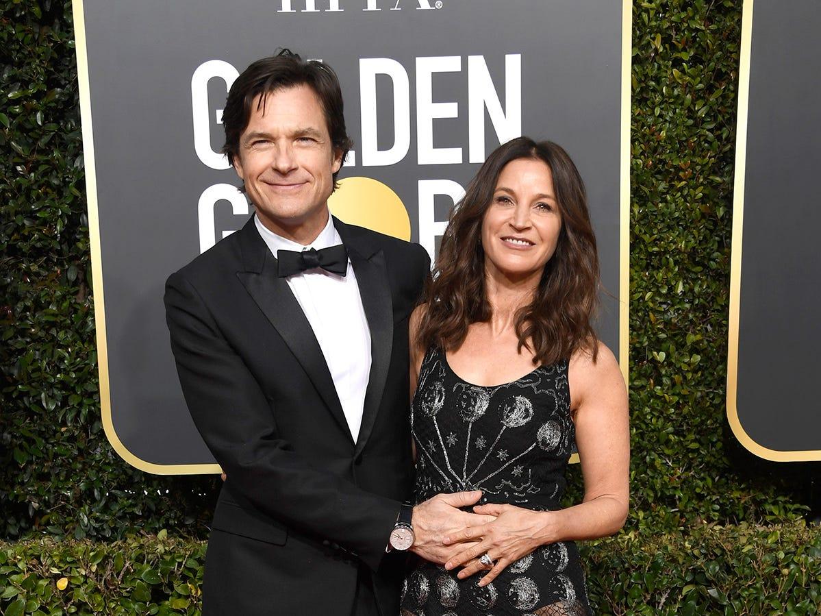 Jason Bateman (izq) y Amanda Anka asiste a la 76ª entrega anual de los Globos de Oro en el Beverly Hilton Hotel el 6 de enero de 2019 en Beverly Hills, California.