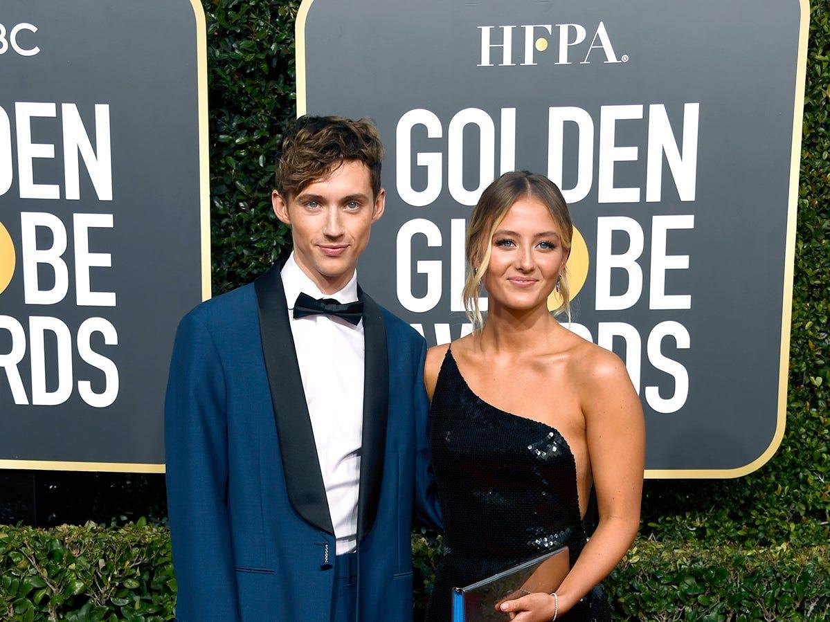 Troy Sivan (izq) y una amiga asisten a la 76ª entrega anual de los Globos de Oro en el Beverly Hilton Hotel el 6 de enero de 2019 en Beverly Hills, California.