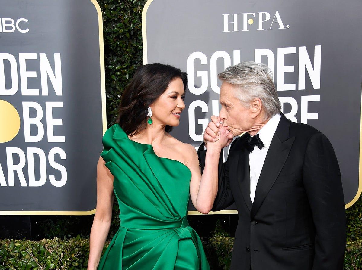 Catherine Zeta-Jones (izq) y Michael Douglas asiste a la 76ª entrega anual de los Globos de Oro en el Beverly Hilton Hotel el 6 de enero de 2019 en Beverly Hills, California.