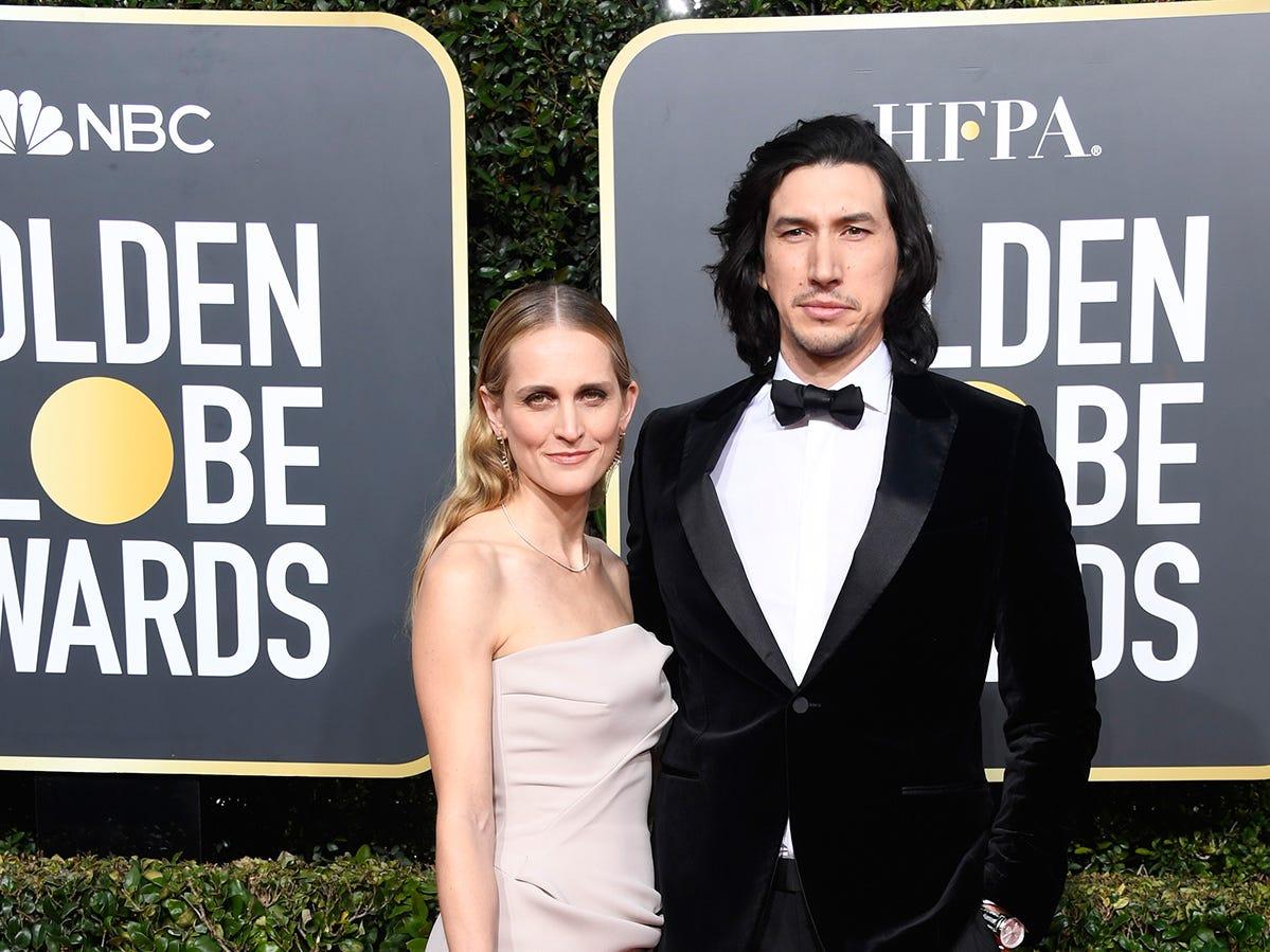 Joanne Tucker (izq) y Adam Driver asisten a la 76ª entrega anual de los Globos de Oro en el Beverly Hilton Hotel el 6 de enero de 2019 en Beverly Hills, California.