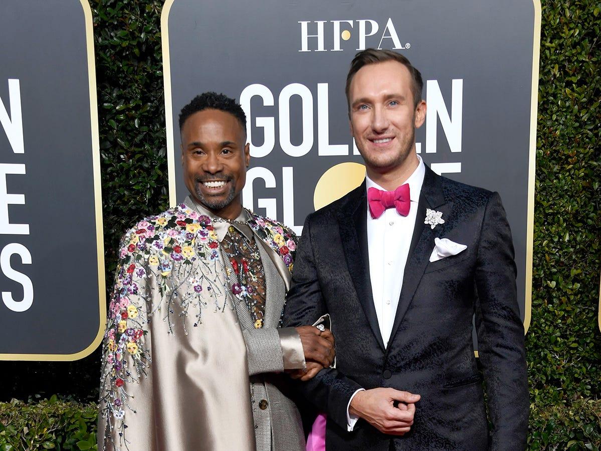 Billy Porter (izq) y Adam Smith asisten a la 76ª entrega anual de los Globos de Oro en el Beverly Hilton Hotel el 6 de enero de 2019 en Beverly Hills, California.