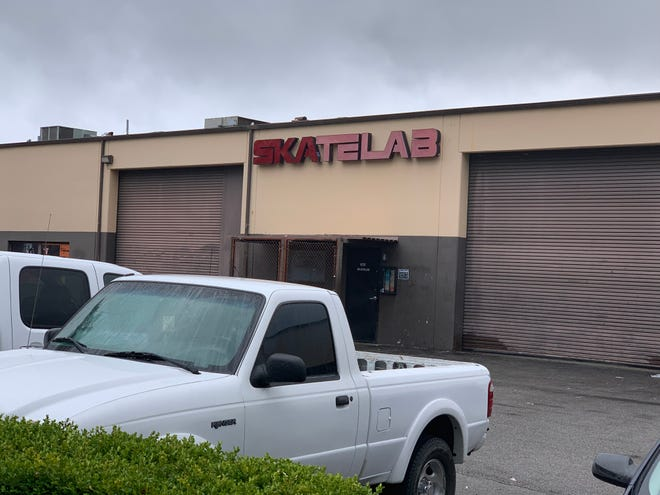 Workmen on Monday were disassembling the long-time Simi Valley indoor skateboard park Skatelab, which, as expected, closed Sunday after 21 years.