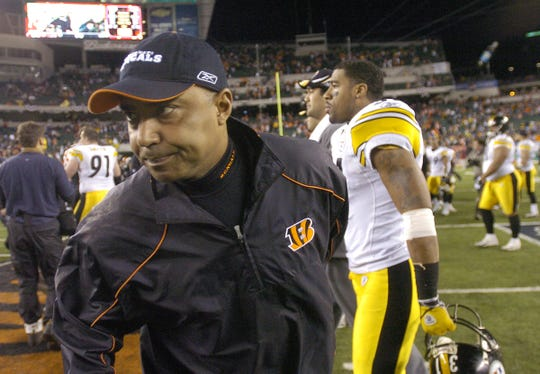 2006.01.08 BENGALS PLAYOFF SPORTS : The Cincinnati Bengals head football coach MArvin Lewis shows his frustration after their 31-17 loss against the Pittsburgh Steelers in their first round playoff game at Paul Brown Stadium Sunday  January 8, 2006. The Enquirer/Jeff Swinger