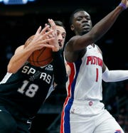 Spurs guard Marco Belinelli loses control of the ball as Pistons guard Reggie Jackson defends during the first half Monday.