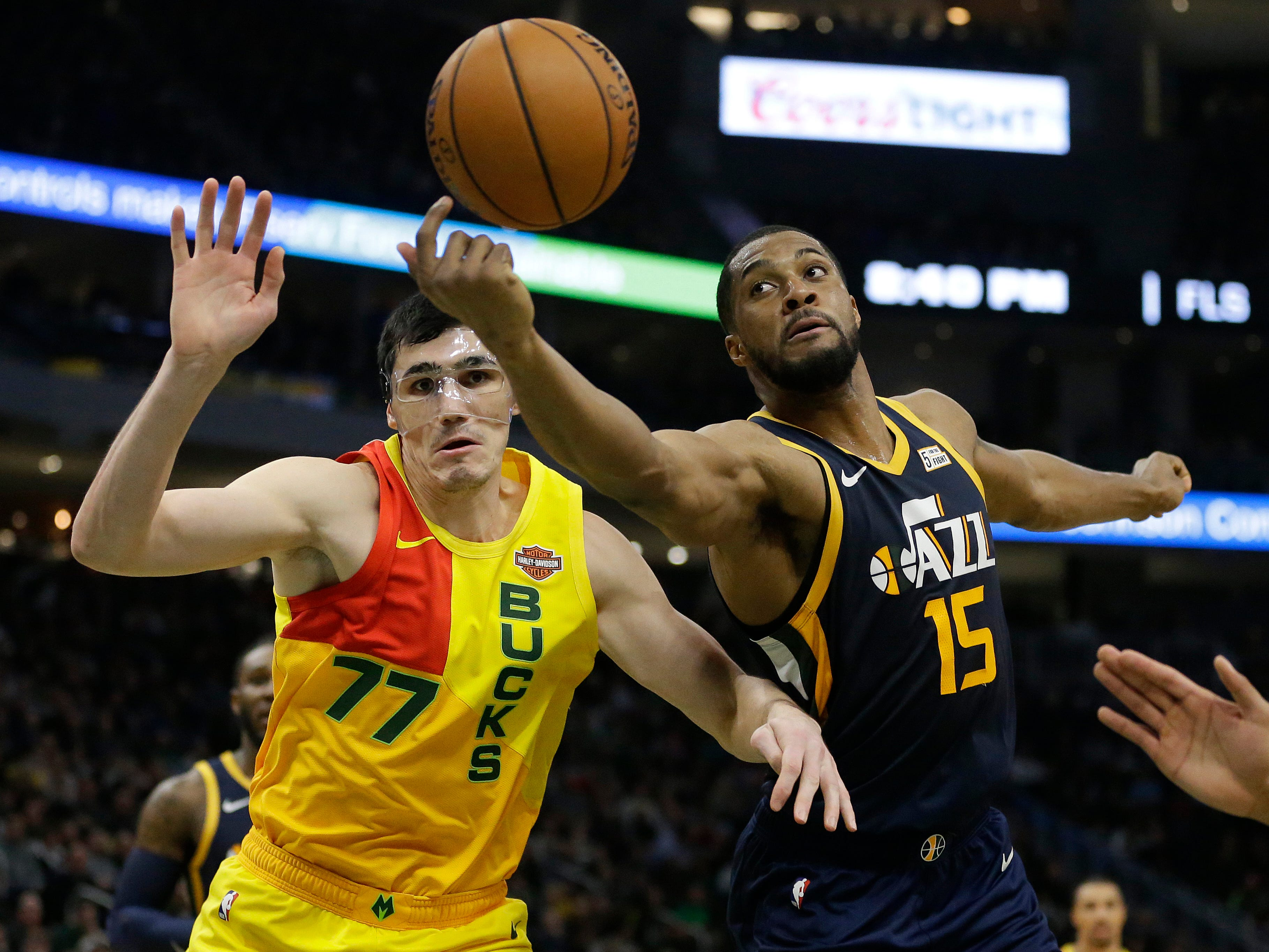 Ersan Ilyasova of the Bucks and Derrick Favors of the Jazz battle for a rebounds during the second half Monday.