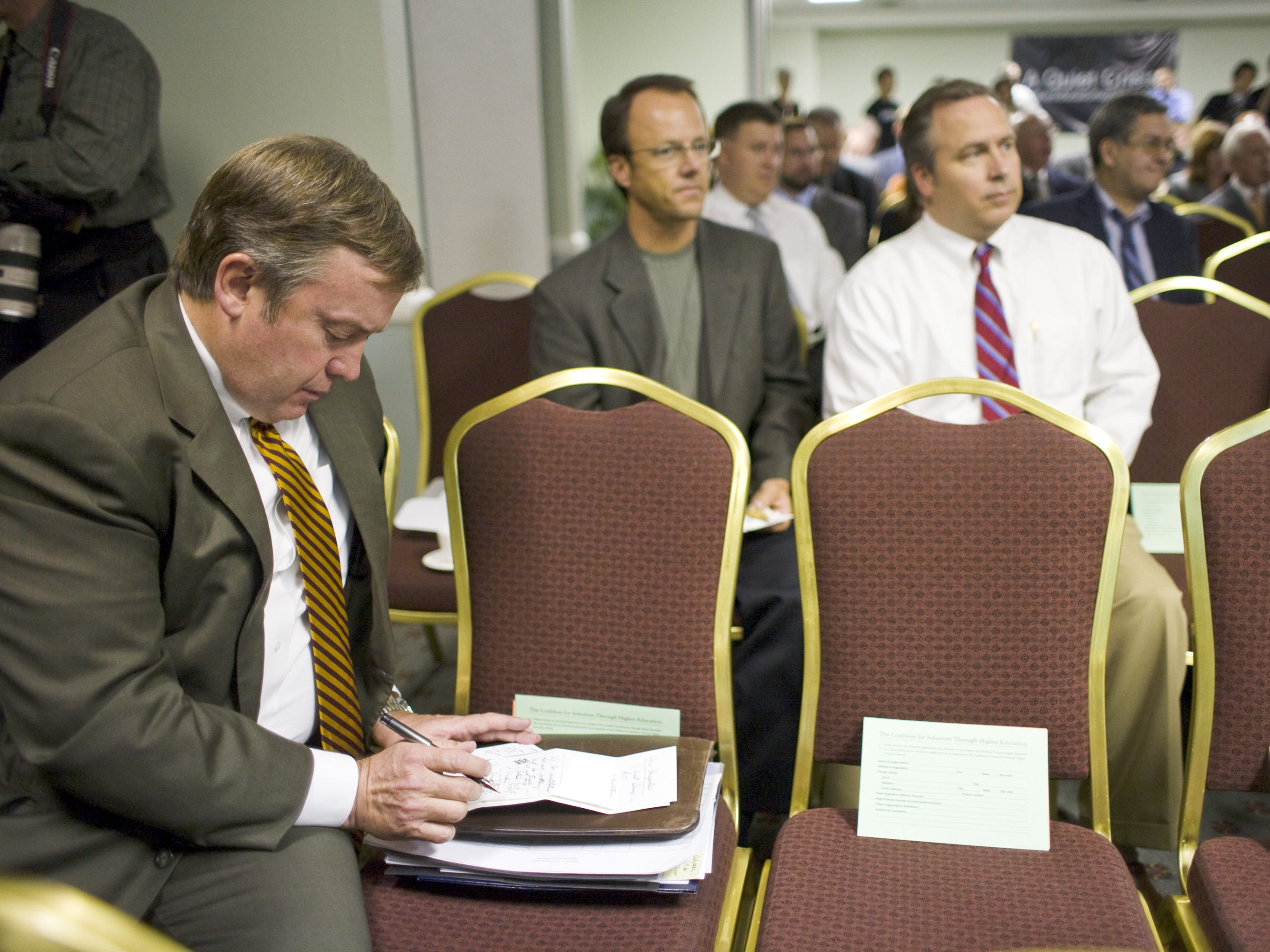 ASU President Michael Crow reviews his notes before speaking at the Phoenix Country Club in 2007.