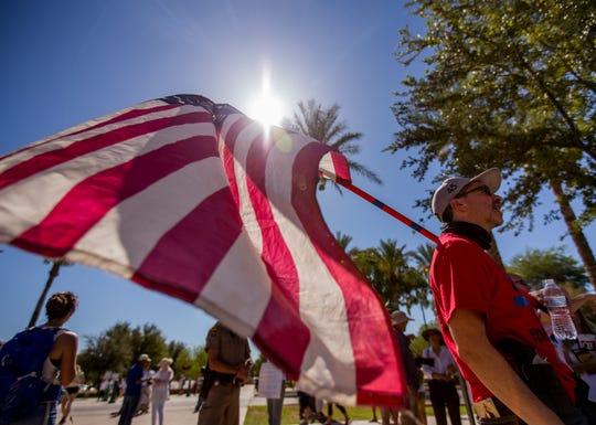 Miembros de Patriot Movement durante una protesta celebrada frente al capitolio estatal de Arizona.