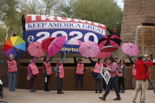 Miembros de Patriot Movement muestran una pancarta de apoyo al presidente Donald Trump durante una protesta celebrada en diciembre pasado, en la Plaza West Bolin en el centro de Phoenix.