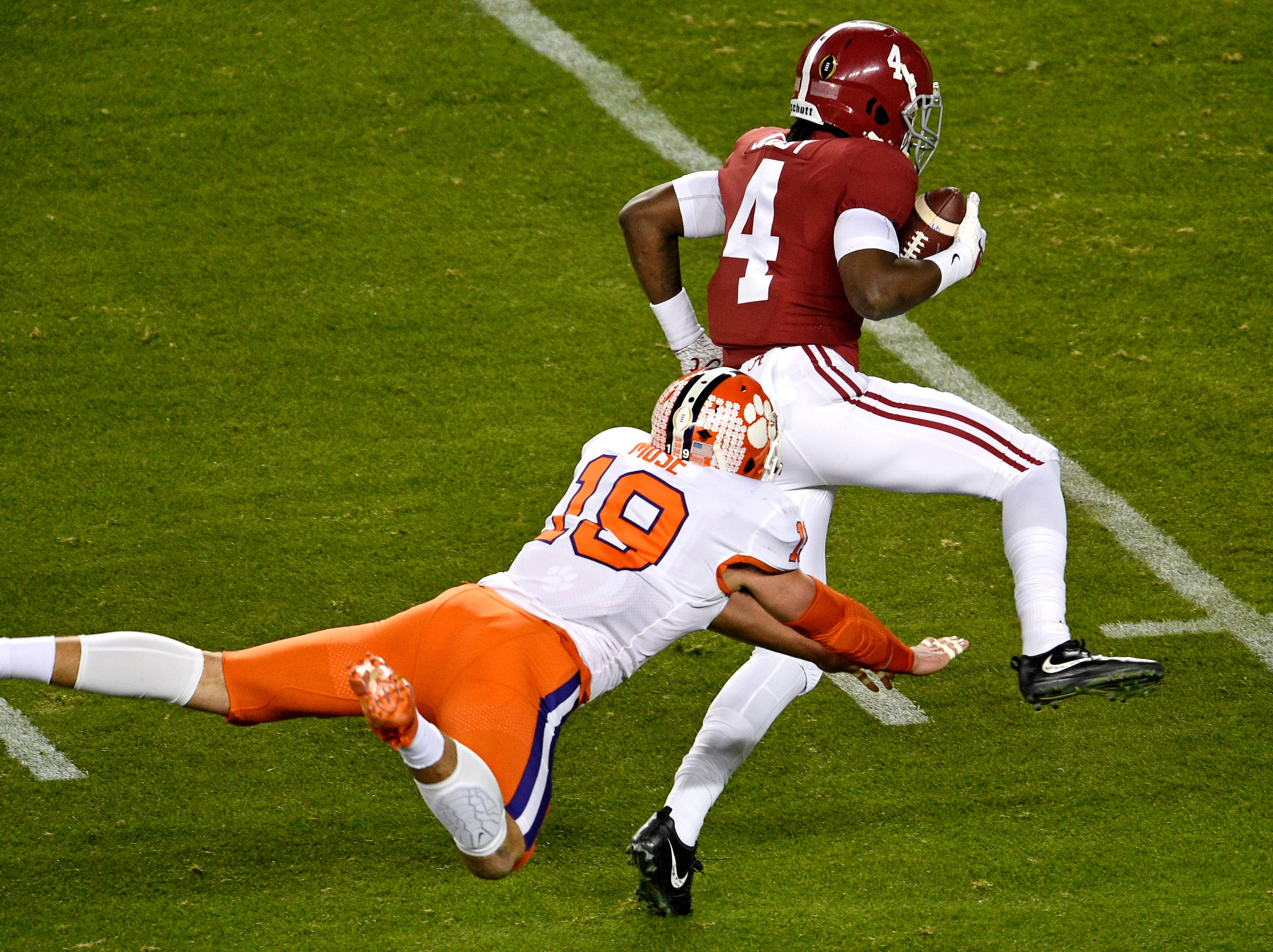 Alabama receiver Jerry Jeudy catches a touchdown pass in the first quarter.