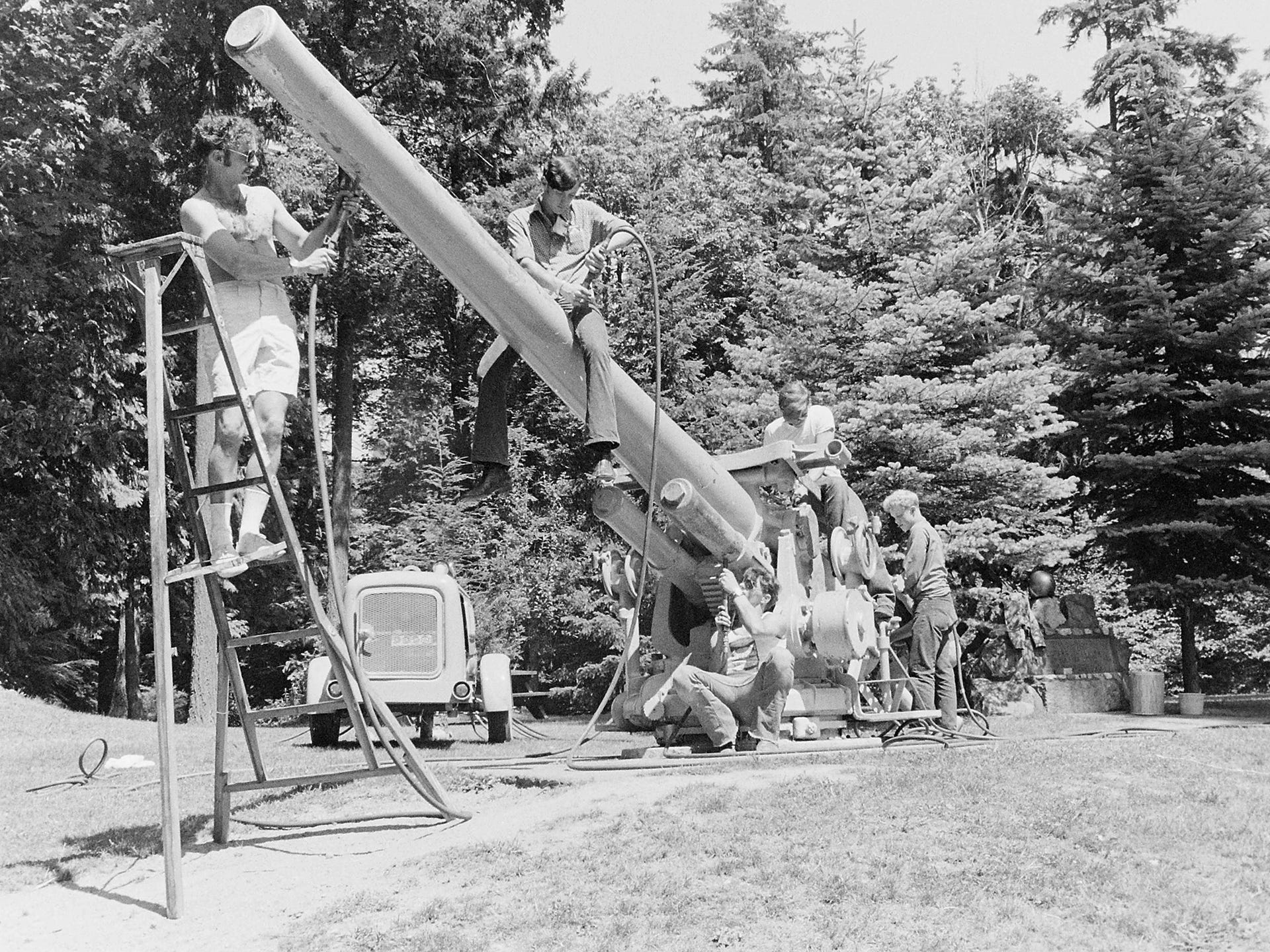 08/04/73Berkley Sailors Painting Gun At Illahee