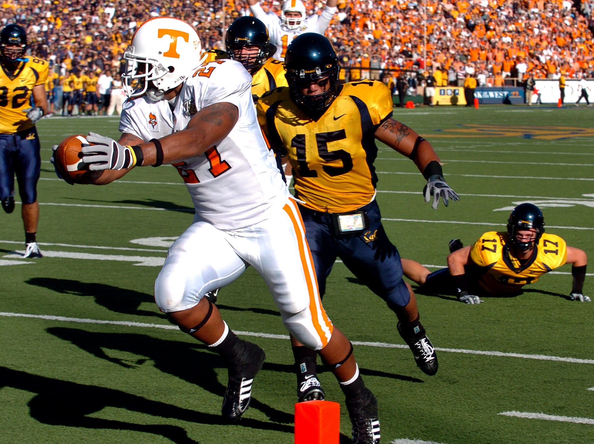 Tennessee tailback Arian Foster scores the Vols' first touchdown on a 12-yard pass from Erik Ainge on Saturday in Berkeley, Calif. Cal defenders Anthony Felder (15) and Chris Conte (17) were beaten on the play. The Golden Bears won 45-31, revenging last year's lopsided loss in Knoxville.