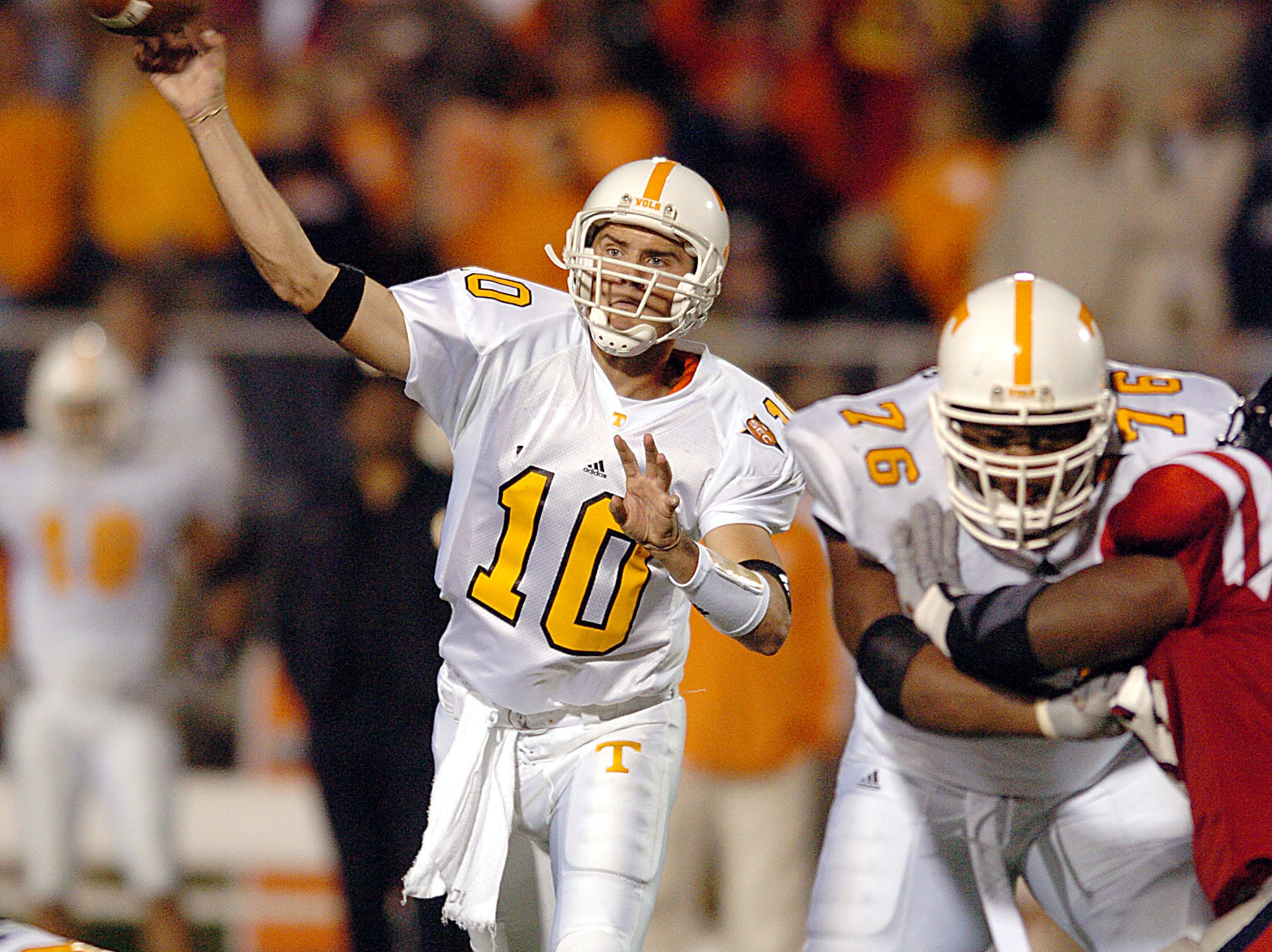 Tennessee quarterback (10) Erik Ainge has time to pass with protection from lineman (76) Aaron Sears during third quarter action against Ole Miss Saturday, Oct. 16, 2004.