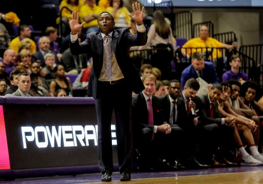 Jan 8, 2019; Baton Rouge, LA, USA; Alabama Crimson Tide head coach Avery Johnson reacts during the first half against the LSU Tigers at the Maravich Assembly Center. Mandatory Credit: Derick E. Hingle-USA TODAY Sports