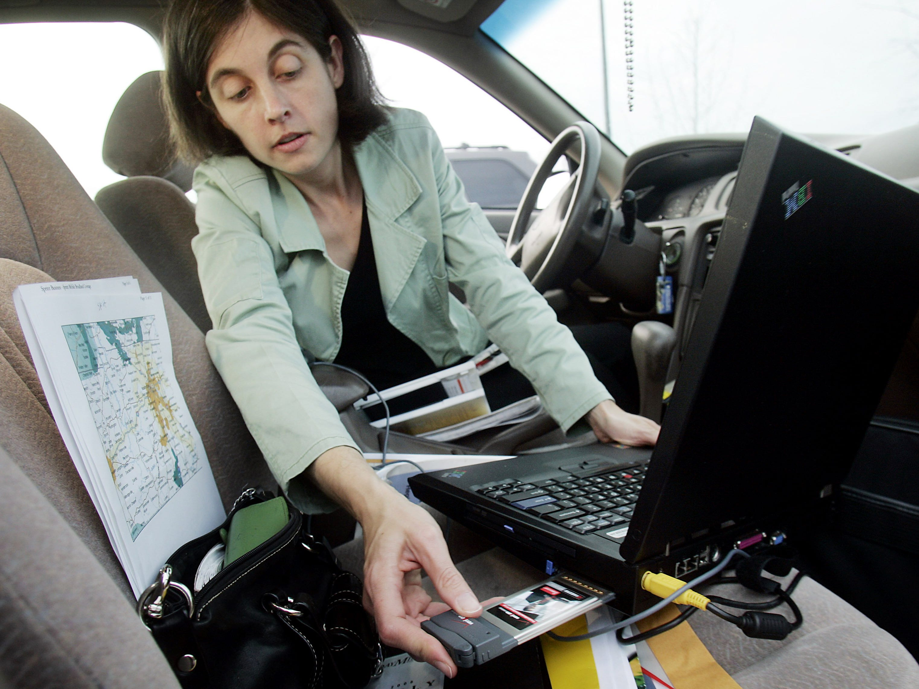 Tennessean reporter Naomi Snyder tests various broadband cards at several locations in and around Nashville for a story Nov. 30, 2006.