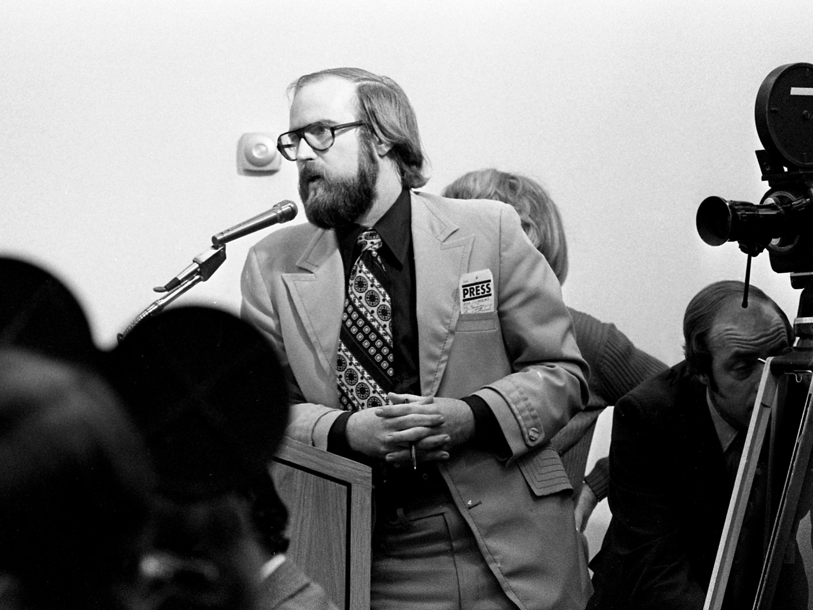 Tennessean reporter Frank Sutherland asks a question of Alabama Gov. George Wallace during a news conference at the Tennessee state Capitol on Jan. 26, 1976.