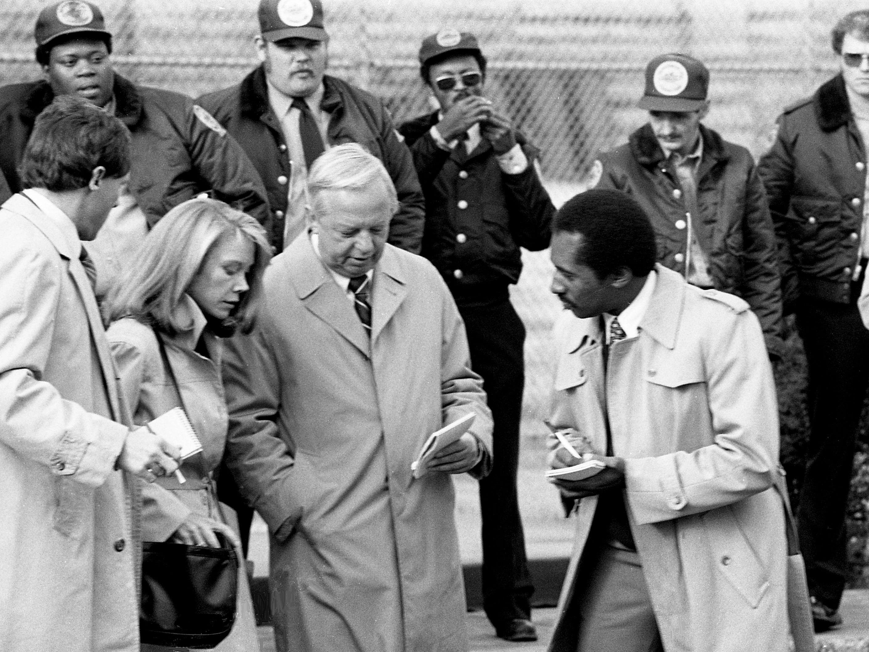 "As a group of Tennessee State Penitentiary guards watch, Nashville actor Chip Arnold, left, WTVF reporter Larry Brinton, second from right, and Tennessean reporter Dwight Lewis, right, question actress Sissy Spacek during the filming of the upcoming movie ""Marie"" on Nov. 30, 1984. The Academy Award winner is in the title role as Marie Ragghianti."
