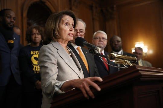 Los líderes demócratas Nancy Pelosi y Chuck Schumer hablan en rueda de prensa.