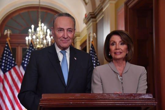 Los líderes demócratas Chuck Schumer y Nancy Pelosi explicaron sus motivos en un mensaje televisado, detrás del de Trump.