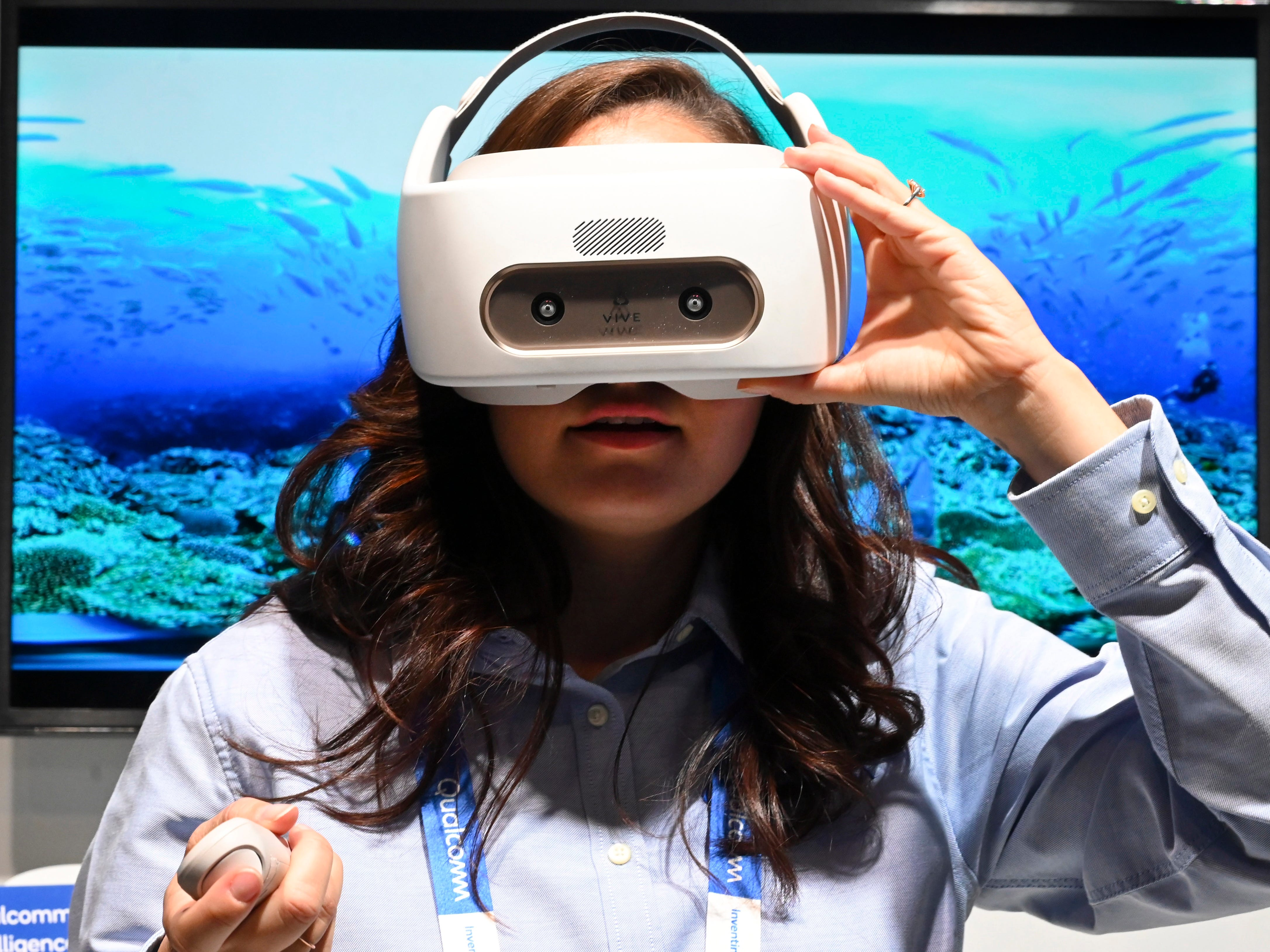 Veronica Burgess tries the Qualcomm Technologies virtual reality system.