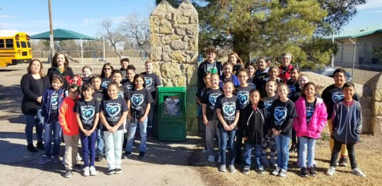 Students at Deming Cesar Chavez Charter High School and K-Kids from Bataan Elementary put up the first Si Se Puede stand at the Deming Literacy Center.