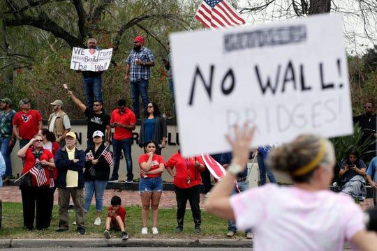 Gente protesta la decisión de Trump de construir un muro en la frontera.